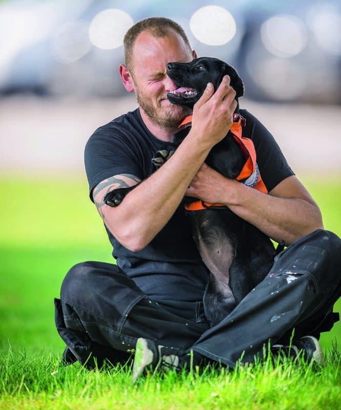 Før Mikkel fik Sif, var han især plaget af sin PTSD om natten, hvor oplevelser fra Kosovo, Irak og Afghanistan gav ham mareridt. Han fik medicin imod symptomerne, og det var ønsket om at finde et alternativ, som fik Mikkel til at interessere sig for servicehunde.